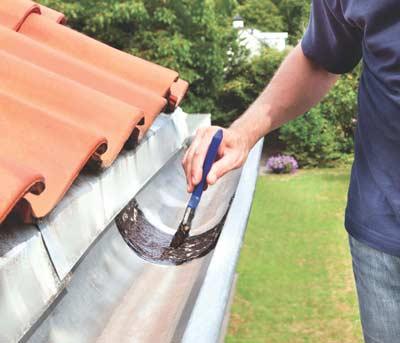 Reparatiepasta in dakgoot aanbrengen