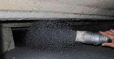 Isolatieparels op de bodem storten