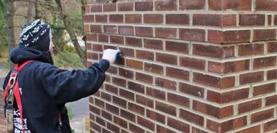 Voegen repareren van stenen schoorsteen