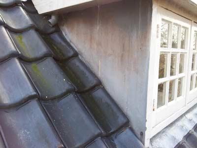 Zijwangen van zink op houten dakkapel